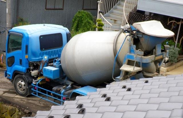 ポンプ車でコンクリートを流し込む