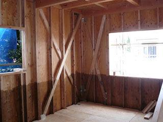 ツーバイフォー(2×4)工法で建築中の住宅
