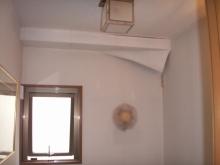 室内の壁紙が剥がれている様子