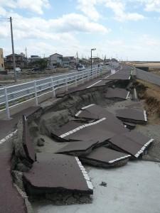 液状化現象による道路の沈下