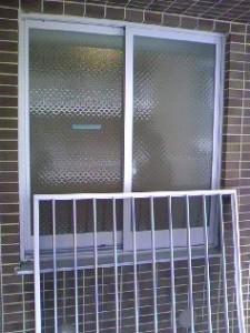 マンションの窓の面格子を取り外した状態