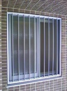 マンションの窓の面格子