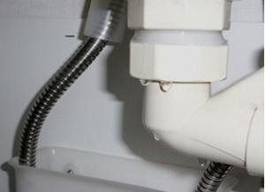 洗面化粧台下の排水管の水漏れ